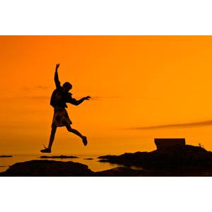 フリー写真, 人物, 子供, 女の子, シルエット(人物), 跳ぶ(ジャンプ), 人と風景, 夕暮れ(夕方), 夕焼け, 海岸, オレンジ色