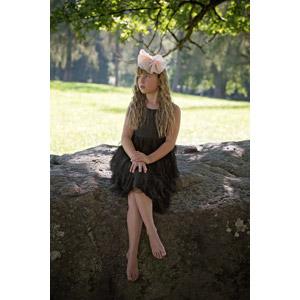 フリー写真, 人物, 子供, 女の子, 外国の女の子, 女の子(00034), 足を組む, 座る(石), ヘアリボン