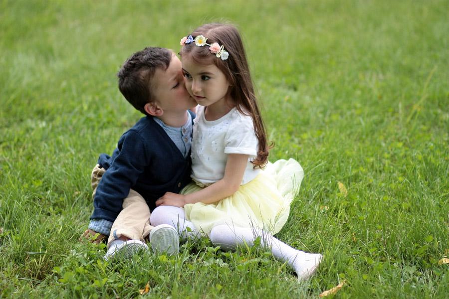 フリー写真 女の子の頬にキスをする男の子