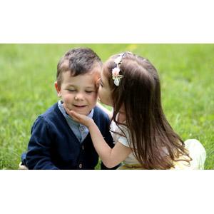 フリー写真, 人物, カップル, 子供, 女の子, 男の子, キス(口づけ), 愛(ラブ), ルーマニア人