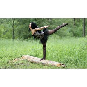 フリー写真, 人物, 女性, 外国人女性, ルーマニア人, バレエ, バレリーナ, 踊る(ダンス), 草むら