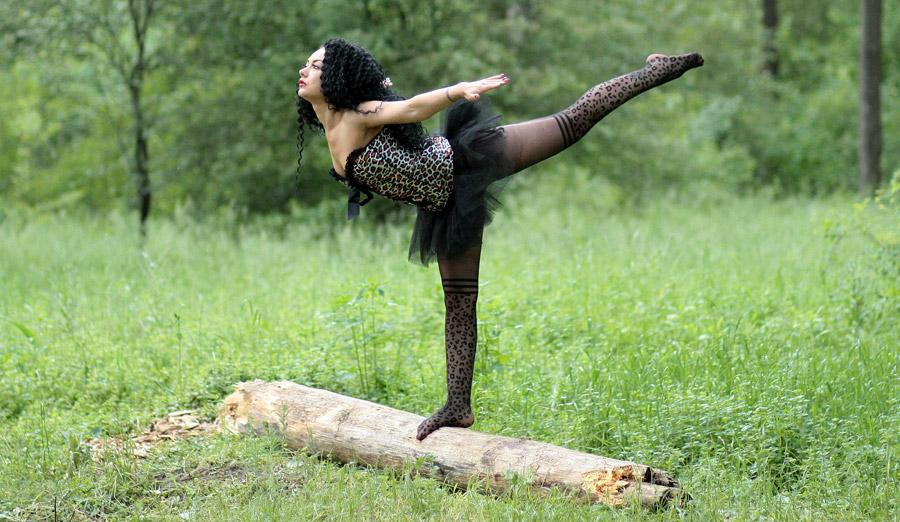 フリー写真 丸太の上で足を上げるバレリーナ