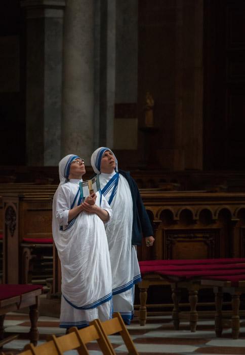 フリー写真 教会で上の方を見ている二人のシスター