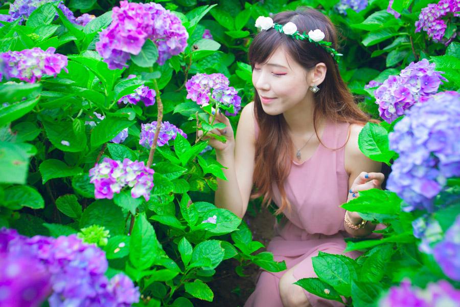 フリー写真 目を閉じて紫陽花の匂いを嗅ぐ女性