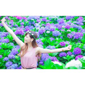 フリー写真, 人物, 女性, アジア人女性, DUDU(00216), 中国人, 人と花, 花, 花畑, 紫陽花(アジサイ), 花冠, 背伸び, 目を閉じる, ストレッチ