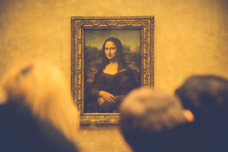 フリー写真 名画「モナ・リザ」を鑑賞する人々