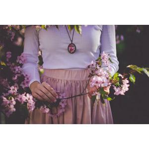 フリー写真, 人物, 女性, 人と花, 枝, 花, ピンク色の花