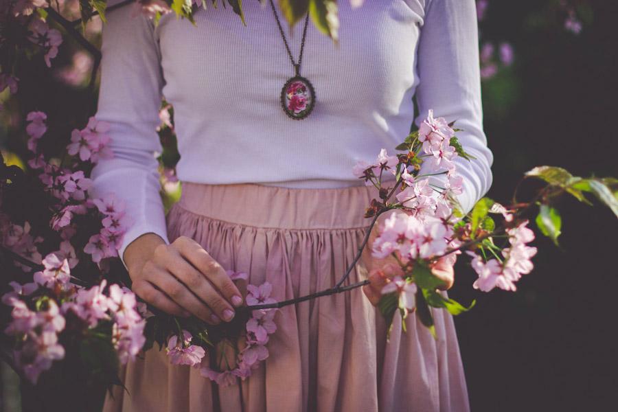 フリー写真 ピンク色の木花と女性