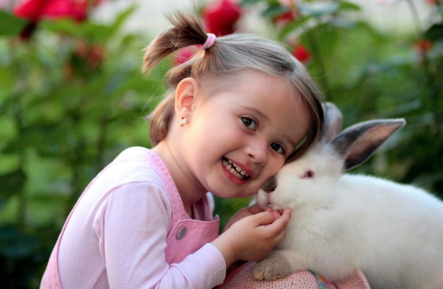 フリー写真 ウサギに頬ずりする外国の女の子