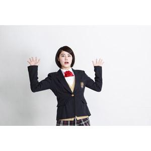 フリー写真, 人物, 少女, アジアの少女, 少女(00212), 学生(生徒), 学生服, 高校生, ブレザー制服, 驚く, 白背景, 手を上げる