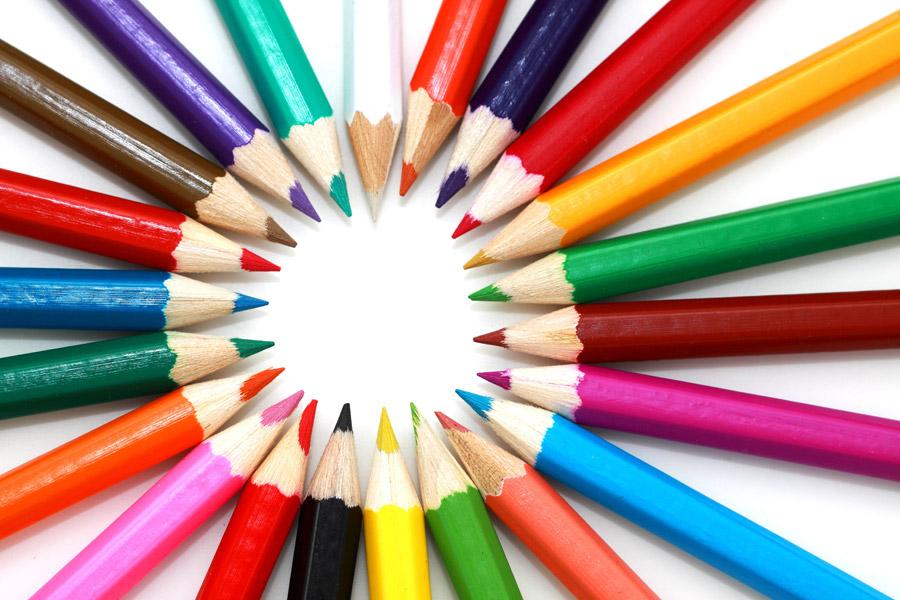 フリー写真 放射状に並んだ色鉛筆