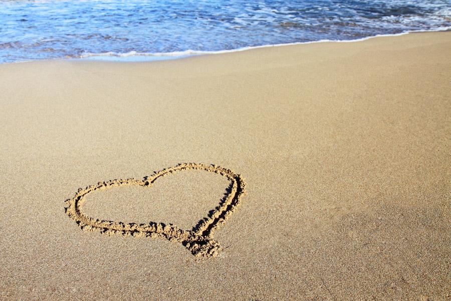 フリー写真 砂浜に描かれたハート