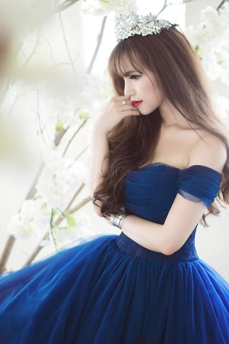 フリー写真 ドレス姿で頬に手を当てる女性の横顔