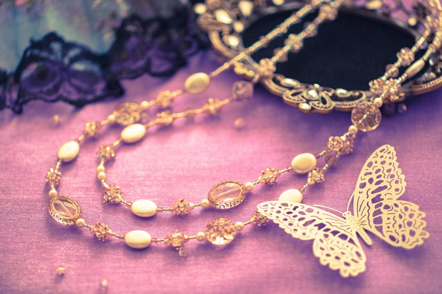 フリー写真 ネックレスと蝶の飾り