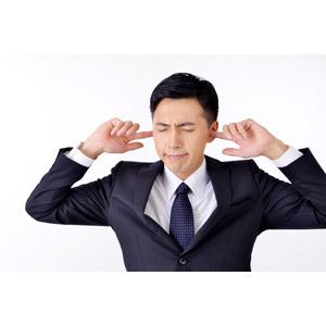 フリー写真, 人物, 男性, アジア人男性, 日本人, 男性(00016), 職業, 仕事, ビジネス, ビジネスマン, サラリーマン, メンズスーツ, 目を閉じる, 耳を塞ぐ, 白背景