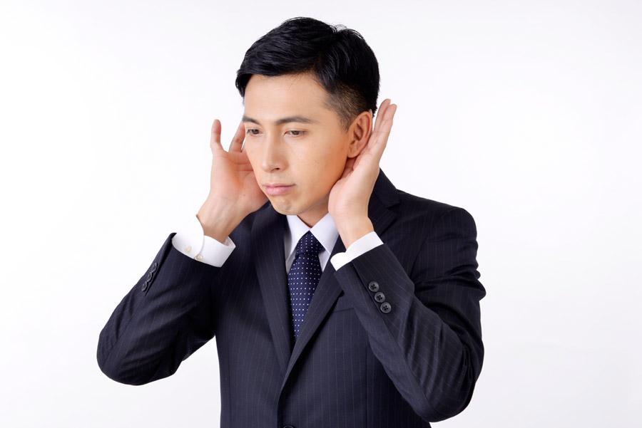 フリー写真 耳を澄ます日本人のビジネスマン