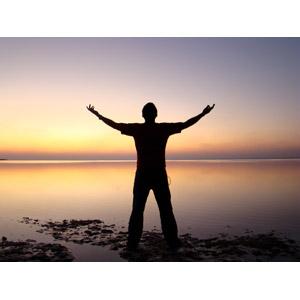 フリー写真, 人物, 男性, シルエット(人物), 後ろ姿, 人と風景, 手を広げる, 歓喜, 人と風景, 海, 夕暮れ(夕方), 夕焼け