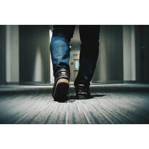 フリー写真, 人体, 足, 後ろ姿, 廊下