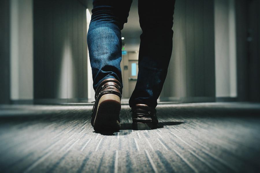 フリー写真 廊下を歩く人物の足元