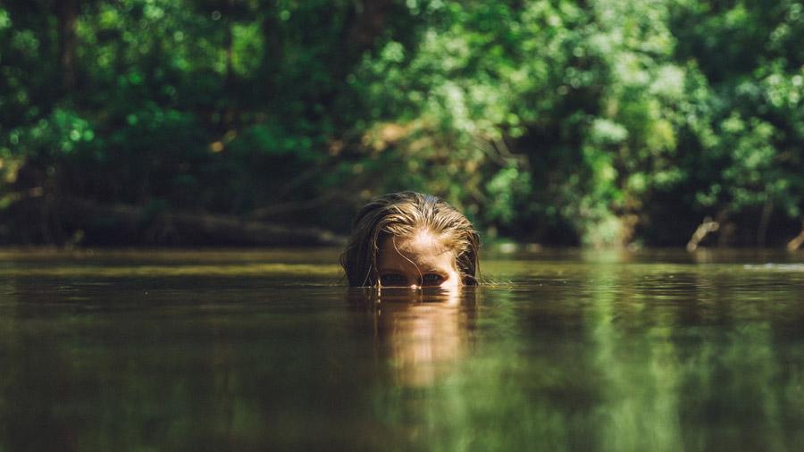 フリー写真 水面から顔を出す外国人女性