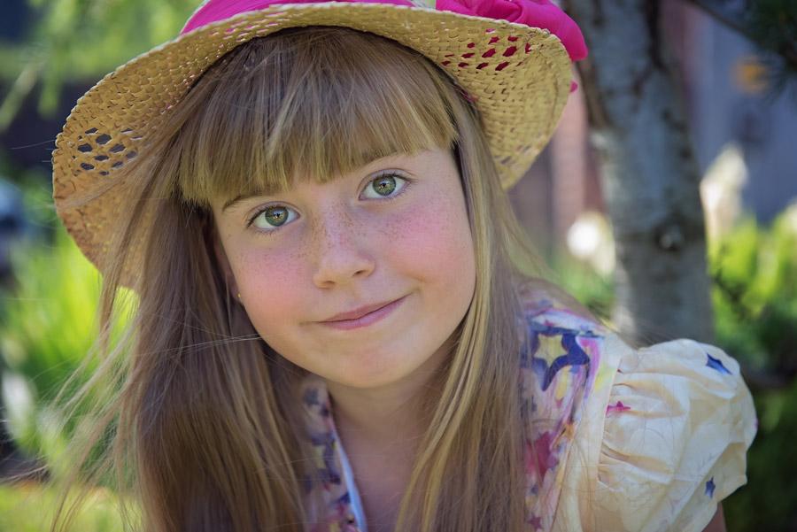 フリー写真 麦わら帽子を被る外国の女の子