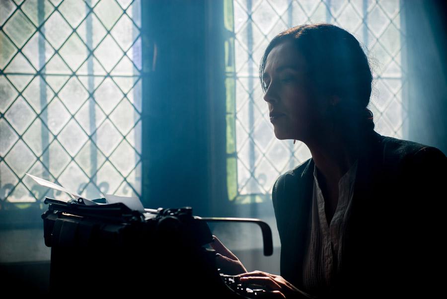 フリー写真 タイプライターを打つ外国人女性