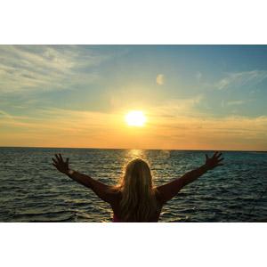 フリー写真, 人物, 女性, 外国人女性, 後ろ姿, 人と風景, 手を広げる, 歓喜, 海, 夕暮れ(夕方), 夕日, モルディブの風景