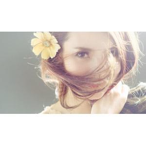 フリー写真, 人物, 女性, アジア人女性, ベトナム人, 顔, 髪の毛を触る, 人と花