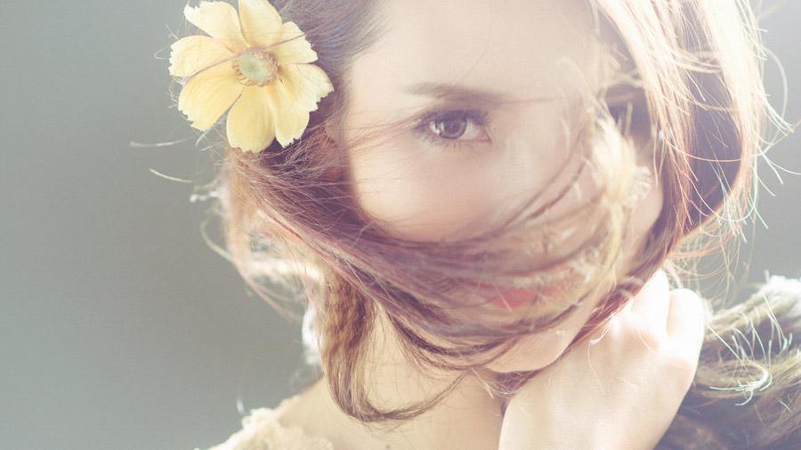 フリー写真 髪の毛が顔にかかる女性