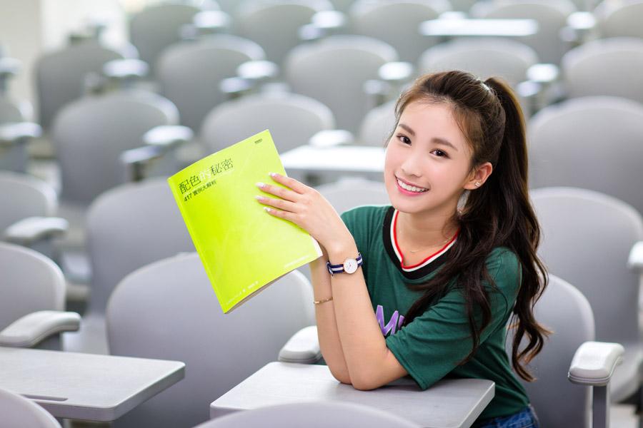 フリー写真 配色のテキストと教室の席につく女子学生