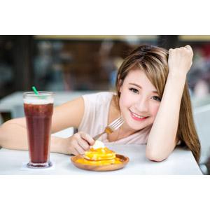 フリー写真, 人物, 女性, アジア人女性, 中国人, パンケーキ(ホットケーキ), 飲み物(飲料), フォーク