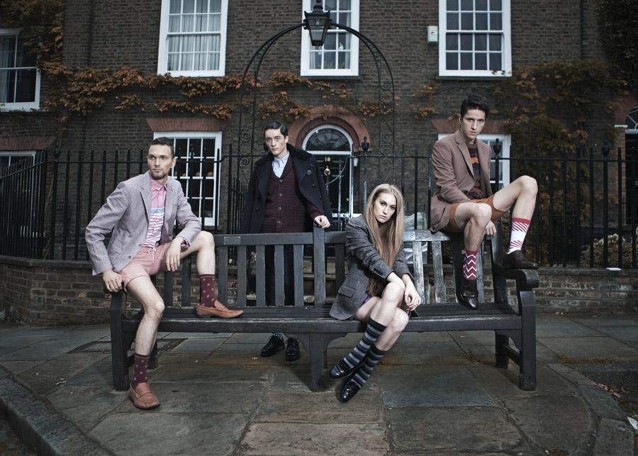 フリー写真 ベンチと四人の男女
