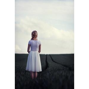 フリー写真, 人物, 女性, 外国人女性, 後ろ姿, 人と風景, 牧草地