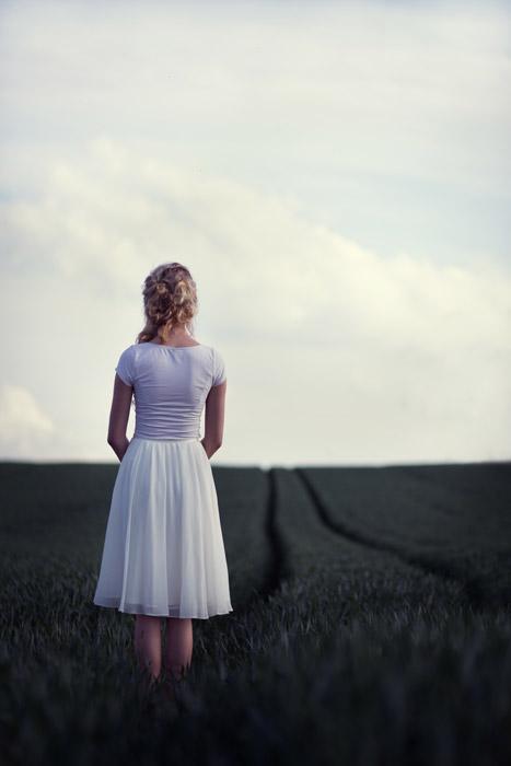 フリー写真 牧草地に立つ外国人女性の後ろ姿