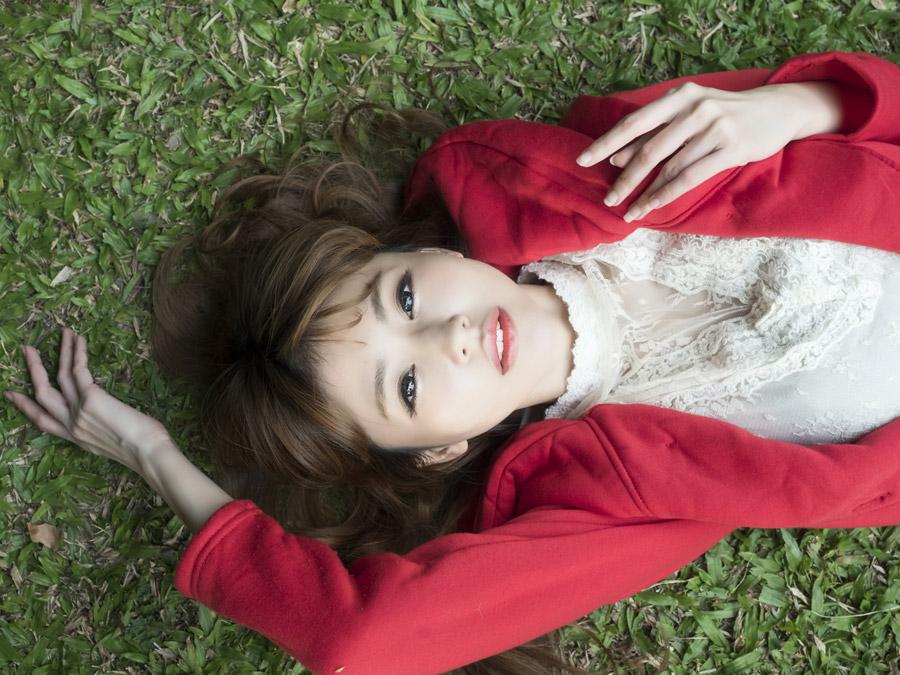フリー写真 地面に寝転ぶ女性のポートレイト