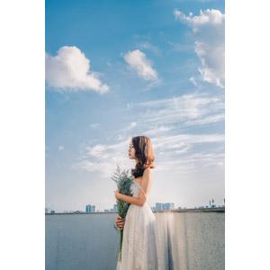 フリー写真, 人物, 女性, アジア人女性, ベトナム人, 人と花, ドレス, 横顔, 人と風景, 青空