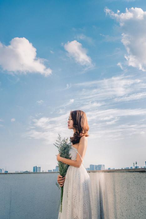フリー写真 屋上で花束を抱える女性のポートレイト