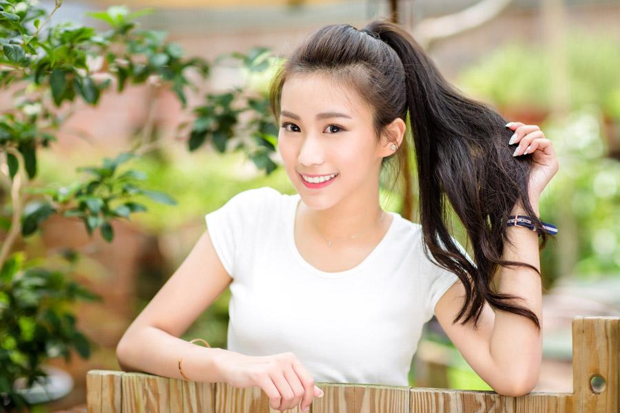 フリー写真 ポニーテールの髪を手に持つ女性