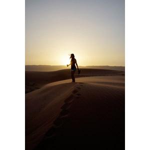 フリー写真, 人物, 女性, 人と風景, 砂漠, 夕暮れ(夕方), 夕日, 日の入り, ヨルダンの風景
