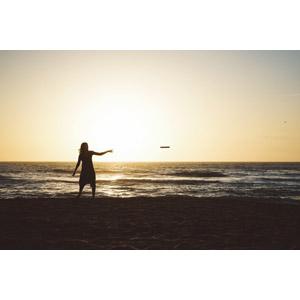 フリー写真, 人物, 女性, フリスビー, 人と風景, 夕暮れ(夕方), ビーチ(砂浜), 海