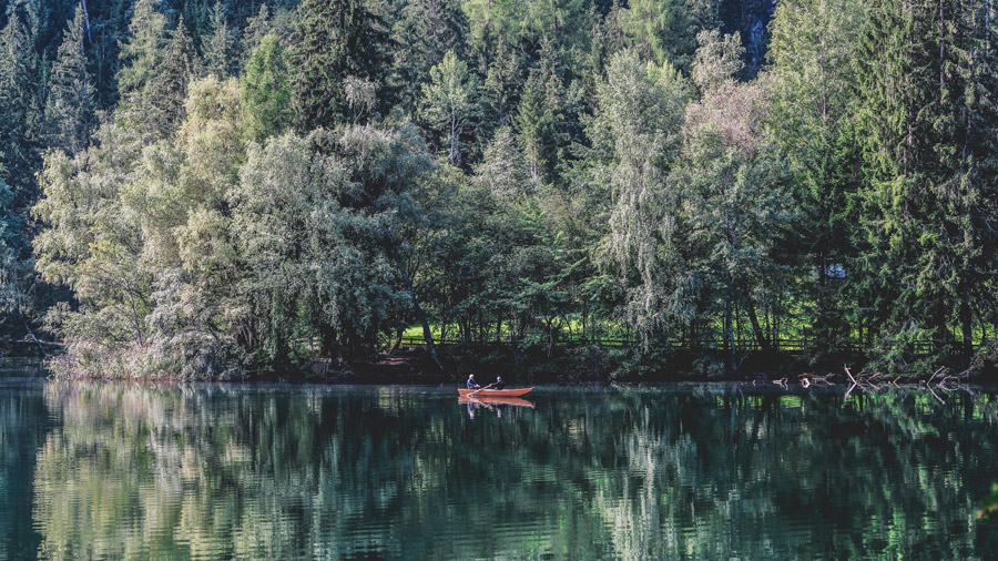 フリー写真 木々と湖と手漕ぎボートの風景