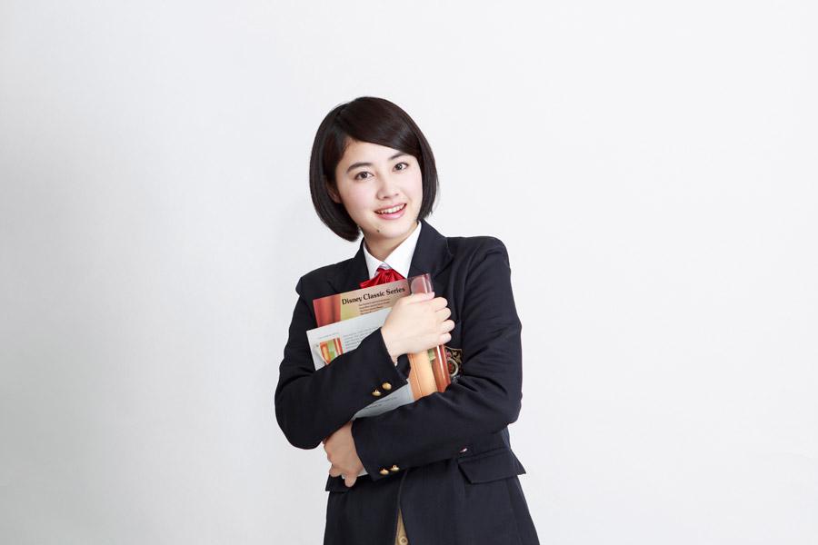 フリー写真 本を抱える女子高生