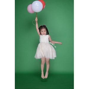 フリー写真, 人物, 子供, 女の子, アジアの女の子, 中国人, 風船, 宙に浮く(空中浮遊)