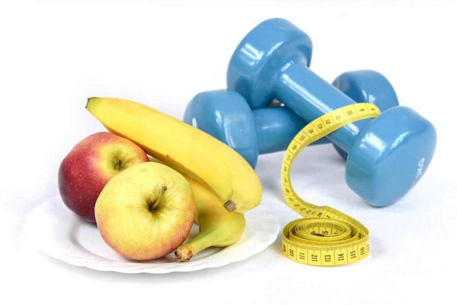 フリー写真 果物とダンベルとメジャーのダイエットイメージ