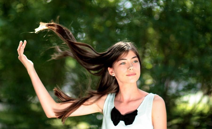 フリー写真 髪の毛が風に舞っている外国の少女