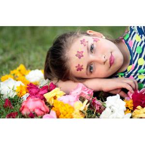 フリー写真, 人物, 少女, 外国の少女, ルーマニア人, 人と花, 横たわる, フェイスペイント
