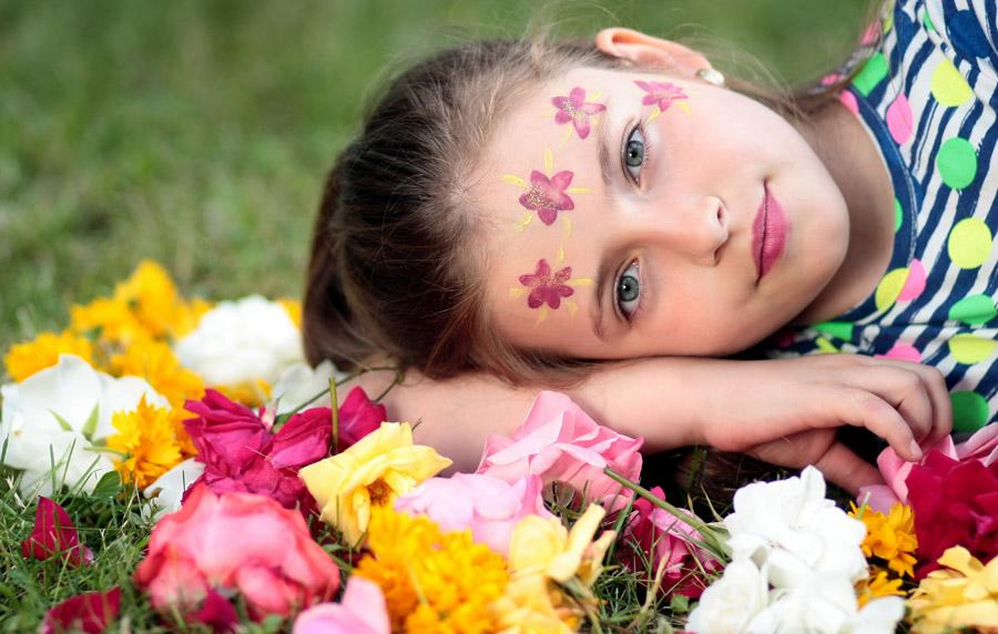 フリー写真 花とフェイスペイントした外国の少女