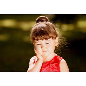 フリー写真, 人物, 子供, 女の子, 外国の女の子, ルーマニア人, 頬に手を当てる, 憂鬱, 落ち込む(落胆), 悲しい, 困る