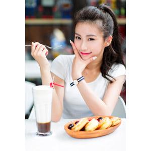 フリー写真, 人物, 女性, アジア人女性, 楚珊(00053), 中国人, 顎に手を当てる, フォーク, スイーツ, 菓子