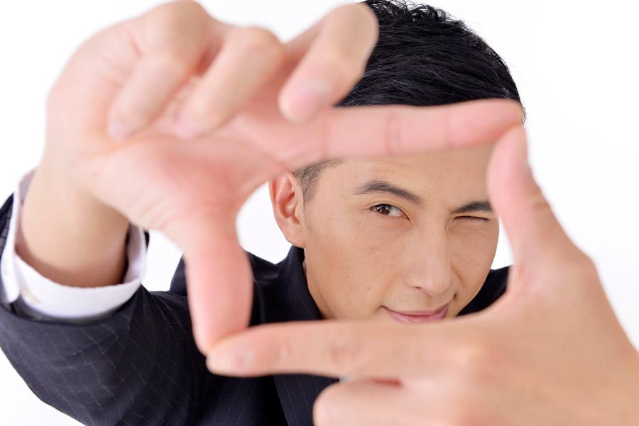 フリー写真 手でフレームを作る日本人のビジネスマン